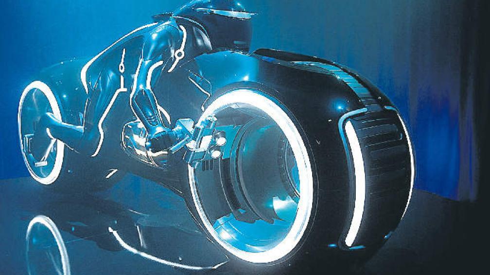 """Las motos de luz, uno de los vehículos de diseño futurista que presenta """"Tron, el legado""""."""