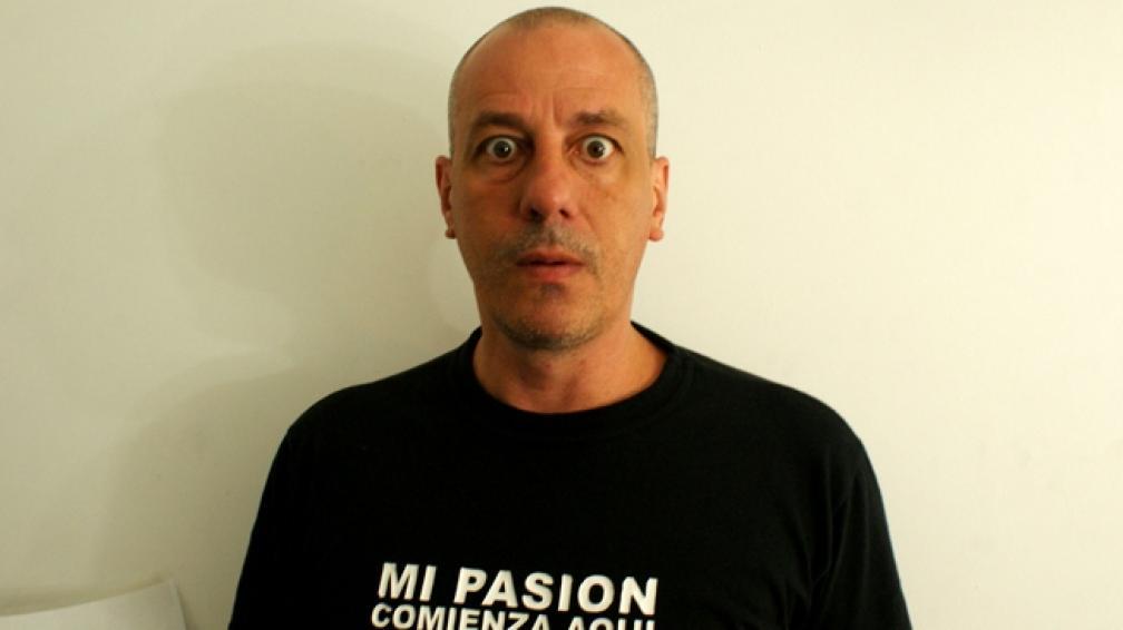 PIRATA DE CORAZÓN. Durante la entrevista, Yayo lució una remera negra con un Fiat 600 celeste en el medio y la siguiente sentencia: 'Llegó lejos el fitito'.