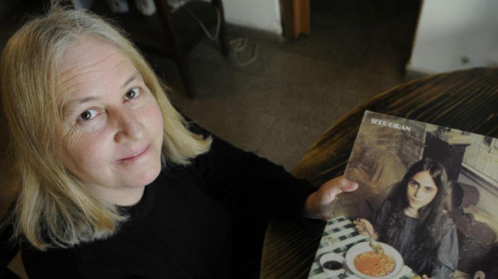 Patricia Perea, hoy, con el disco que tiene la canción que tantos dolores de cabeza le causó.