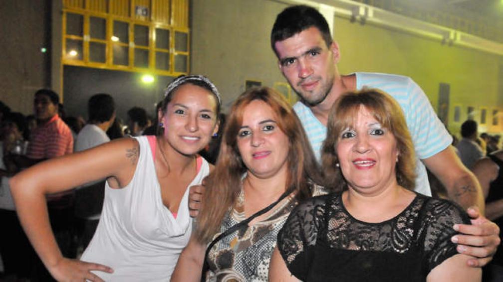 Laura, Rosana y Alejandro llegaron desde Argüello, y Alejandra (de negro) de barrio Chateau (foto: Sergio Ortega)