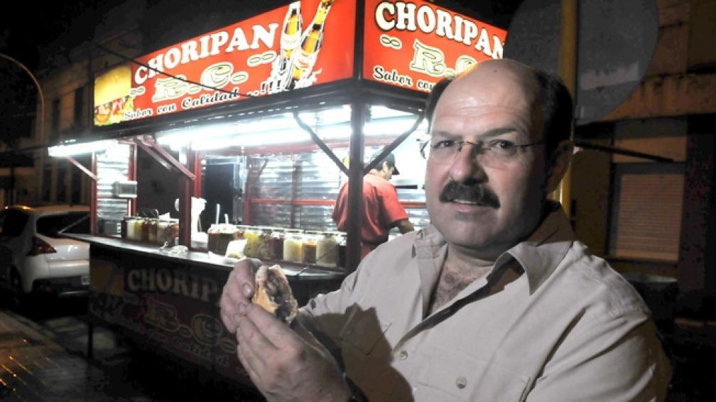 El chef Roal Zuzulich en el primer puesto de chori de la ronda, al lado del Registro Civil (foto Ramiro Pereyra).