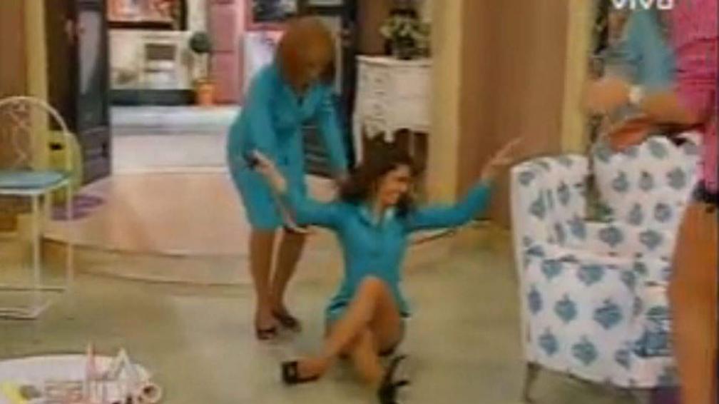 """La """"secretaria"""" de Flor de la V aterrizó en el piso cuando """"volaba"""" a llevarle un regalo. (Captura web)"""