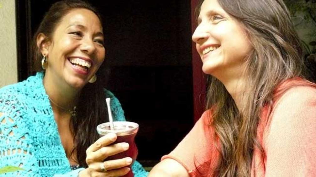 Liliana Vitale y Verónica Condomí disfrutan de la apacible vida hogareña. Todo parece indicar que la tarea creativa discurre entre mates.