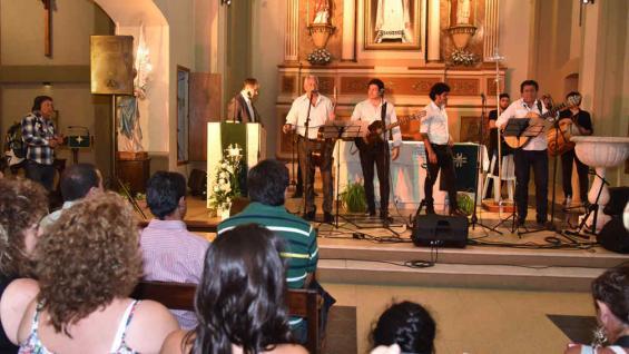 Frente a la Plaza Próspero Molina, en la Iglesia del Rosario, el público celebró con Los Carabajal la Cantanta Santiagueña.