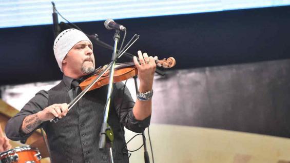 Leandro Lovato entró con toda la potencia y se ganó a todos con su set de violín.