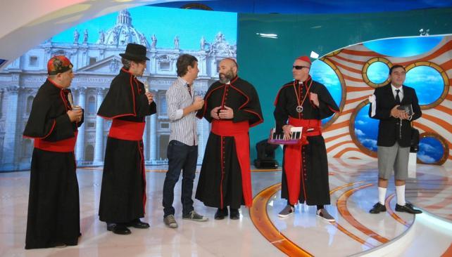"""A pocos días de la elección del papa Francisco, Yayo y sus secuaces dieron vida a Los Puntos Cardenales y a """"La cumbia papal""""."""