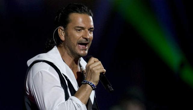 El pelo engominado es una marca del cantante.