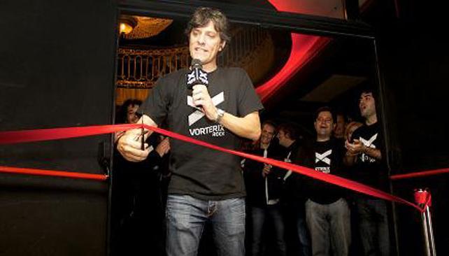 Pergolini corta la cinta, dando por inaugurado el teatro y la radio.