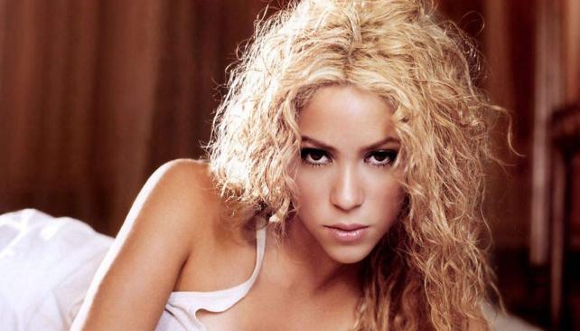 SEXY DE TODAS FORMAS. Shakira comenzó con un negro azabache que fue oscilando en tonalidades más claras, hasta llegar a esto. De todas formas, las miradas se siguen posando en sus caderas