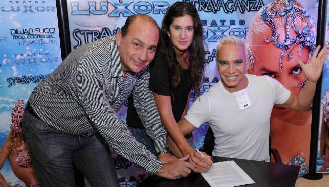 Eduardo Giordano, Valentina Lusso y Flavio Mendoza, con el contrato en sus manos. (Foto: gentileza Luis Varela).