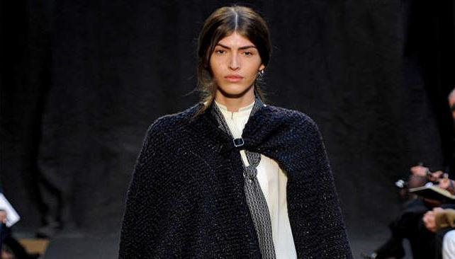 DIAMANTE CORDOBÉS. Dafne Cejas, nueva musa de Christophe Lemaire, abriendo el desfile de Hermès en París