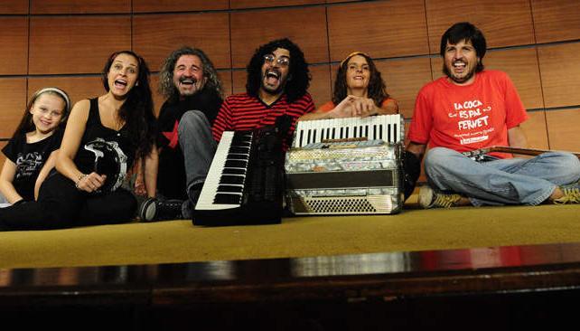 La Banda Inestable y Lula Fernández unidos por el amor al fernet. Foto: Pedro Castillo.