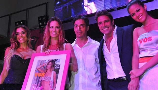 Paula Chaves recibe el premio de parte de Rodrigo Rojas, editor de VOS.com.ar.