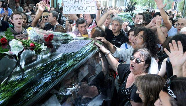 ÚLTIMO ADIÓS. Los restos de Spinetta fueron despedidos en el barrio de Belgrano.