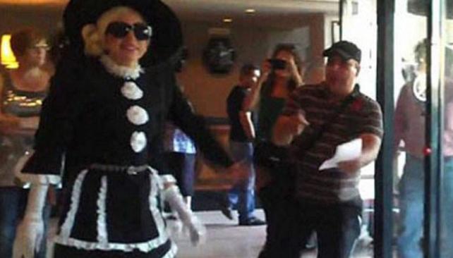 Los guardaespaldas de Lady Gaga interceptaron a un fanático y lo tiraron al suelo.