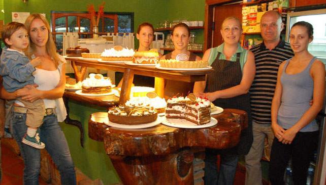 Los Chiodi atienden en familia El Bosque de Villa Giardino, el paraíso de las tortas, tartas y sándwiches de lujo. Un lugar imperdible en las sierras cordobesas.