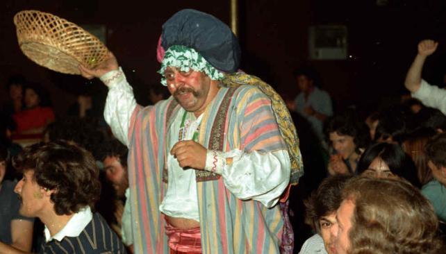 """""""El Doce"""", cocinero afín a Patricio Rey, reparte buñuelos de ricota en el Margarita Xirgu (1979). Foto, gentileza Quique Peñas."""