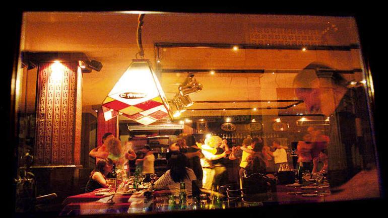 Una postal que ya no volverá a repetirse: desde la calle, las mesas del Arrabal con los comensales que disfrutan de las parejas en pleno baile. // Foto: Marcela Marbian.